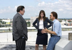 (l to r.) Executive editor Jerry Ceppos (Oliver Platt), editor Anna Simons (Mary Elizabeth Winstead), and reporter Gary Webb (Jeremy Renner) discuss a story in their newspaper in KILL THE MESSENGER