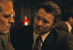 David Harbour als John Morris (l.) und Joel Edgerton als John Connolly (r.).