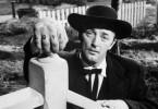 Robert Mitchum will sich einschmeicheln. Deshalb  versteckt er die Hand, auf der HATE (Hass) steht