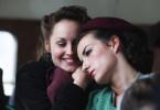 Jeannette (Adélaïde Leroux, l.) und Marie-Thérèse (Salomé Stévenin) zwischen Vorfreude und Angst