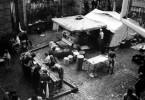 Ab Anfang September kamen täglich 500 bis 1000 Flüchtende an, die von den Botschaftsmitarbeitern und von Helfern des Roten Kreuzes versorgt wurden. Auf und vor dem Botschaftsgelände wurde improvisiert - auf deutscher wie auf tschechischer Seite. DRK Feldküche im Einsatz.