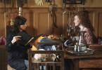 Kira (Nora Tschirner) befragt Birte (Julika Jenkins) in deren Esoterikladen.