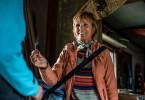 Lisa (Ulrike Kriener) gibt Linus ein kleines Taschenmesser für den Weg nach Dawson, nachdem seine Mutter ihm verboten hat, eine große Machete mitzunehmen.