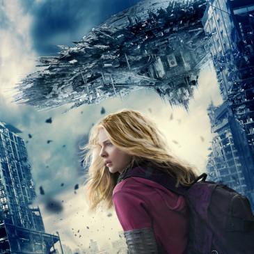 """Aliens sind auf der Erde erschienen und nun überrollen todbringende Wellen die Erde. Cassie Sullivan (Chloë Grace Moretz) kämpft als eine der wenigen freien Überlebenden gegen """"die Anderen"""", stets auf der Suche nach ihrem Bruder Sam..."""