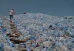 In Tansania fehlt für anfallendes Plastik ein funktionierendes Recycling-System.