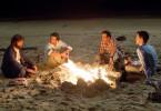 Dieses mal wollen alle aus Erfahrung klug sein: Nur ein einziges Bier am Lagerfeuer, danach sofort ins Bett! (v.l.) Alan (Zach Galifianakis), Phil (Bradley Cooper), Stu (Ed Helms) und Doug (Justin Bartha).