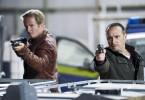 Paul (Daniel Roesner, l.) und Semir (Erdogan Atalay) stürmen ins Versteck und stehen mit gezogenen Waffen den Gangstern gegenüber.