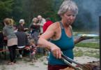 Susanna (65) schätzt das Zusammenleben mit Gleichgesinnten im Tiny House Village im bayrischen Mehlmeisel.