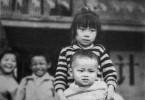 Nanfu Wang (hi.) und ihr kleiner Bruder (vo.) als Kinder. Trotz der Ein-Kind-Politik wuchs Nanfu nicht als Einzelkind auf.