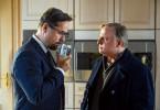 Riecht verdächtig? Prof. Karl-Friedrich Boerne (Jan Josef Liefers) und Frank Thiel (Axel Prahl) untersuchen eine Dose Lakritz im Haus des Opfers.