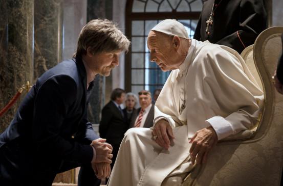Alfons Zischl (Maximilian Brückner, li.) hat eine Audienz beim Papst (Wulf Schmid Noerr, re.).