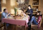 Semir (Erdogan Atalay) hat beim Frühstück schlechte Nachrichten für seine Kinder Lilly (Emma Helm, 3.v.r.) und Ayda (Pauletta Pollmann, r.) sowie seine Mutter Selma (Özay Fecht) - sie müssen ihr Haus heute noch wgen baulichen Gefahren evakuieren.