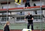 """In der """"Bullenweide"""" hilft man einander. Die Polizisten Fies, Nicolay und Trump (Maria Dragus, Till Wonka und Thomas Loibl) bauen mit am Haus ihres ermordeten Kollegen."""