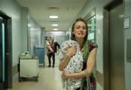 Mutter Nicole (Hanna Hilsdorf) ist außer sich: Ihr Baby gibt kein Lebenszeichen von sich.