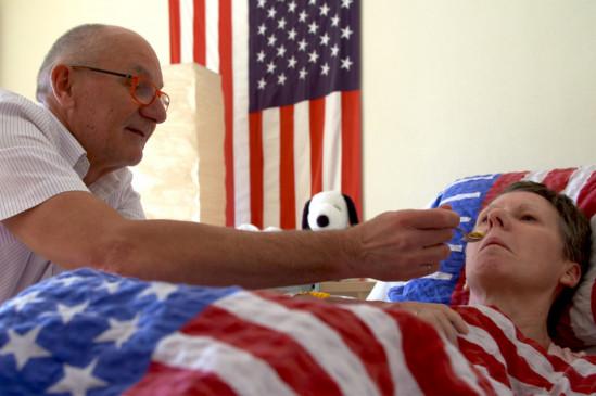 Peter besucht wöchentlich seine Frau Jenny im Pflegeheim. Sie hat Demenz im Endstadium. Für Peter sind die Besuche alles andere als einfach. Seine Frau erkennt ihn schon lange nicht mehr.