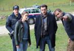 Sandra Mohr (Miriam Stein, 2. v. l.) und Sascha Bergmann (Hary Prinz) suchen mit dem Ortspolizisten Ferdinand Franz (Holger Schober) den Verdächtigen Veit Schindler (Julian Weigend) auf.