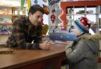 Jakob (Kostja Ullmann), das Urgestein der Spielwarenabteilung, lernt Ben (Oskar Netzel) kennen.