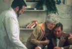 Seine Mutter (Ruth Nelson) kann es kaum ertragen, dass sich Leonards (Robert De Niro, re.) Zustand wieder so stark verschlechtert. Auch Dr. Sayer (Robin Williams, li.) ist ratlos.