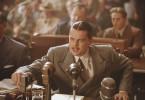 Vor einem Senatsausschuss muss sich Howard Hughes (Leonardo DiCaprio) rechtfertigen, dass er für die Entwicklung von Flugzeugen Millionen von Steuergeldern ausgegeben hat.