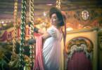 Becky Sharp (Olivia Cooke) amüsiert sich auf dem Jahrmarkt der Eitelkeiten, um einen potenziellen Ehemann zu finden.