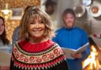 Finja Lund (Wencke Myhre), die Besitzerin des Ferienhauses, in dem die Familie Johnen die Weihnachtsfeiertage in Norwegen verbringt, führt mit ihrem kleinen A-Capella-Chor ein Weihnachtskonzert in ihrem Café auf.