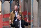 Wenn es kein Allrad gibt, hilft manchmal auch ein Einrad. Am Bau muss man pragmatisch denken, weiß Josef Asch (Rainer Bock, l) In der Schubkarre sitzend: Tom Middeldorf (Jörg Hartmann, r).