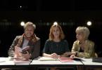 Gundula (Andrea Sawatzki, M.) leitet eine Theatergruppe in der Schule ihrer Tochter. Schwager Hadi (Stephan Grossmann, l.) und Schwiegermutter Susanne (Judy Winter, r.) assistieren.