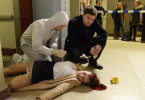 Am Tatort: Die Studentin Katja Hellmann (Carmen Zehentmeier, M.) ist tot. Sebastian Klöckner (Matthi Faust, r.) begutachtet die Leiche.