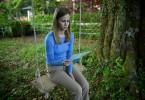 Johanna Brugger (Emilia Bernsdorf) liest einen Brief ihres verstorbenen Vaters.