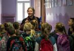 Janina Duszejko (Agnieszka Mandat) lehrt die Kinder im Ort Englisch und einen respektvollen Umgang mit der Umwelt.