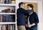 Arnold (Ulrich Matthes) und Karin (Barbara Auer) im gemeinsamen Haus. Die Situation ist auf Grund des Auslandseinsatzes Ihres Sohnes angespannt.