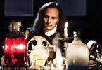 Der berühmte Naturwissenschaftler Isaac Newton (Darius Zukas) führte nachts alchimistische Experimente durch. Er stand den Ideen der Rosenkreuzer nahe.
