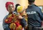 Abeni (Aïssa Maïga) ist mit den Kindern von Nigeria nach Italien geflüchtet.