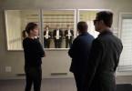 Niko (Andreas Guenther, hinten Mitte) steht unter Verdacht: Kommissarin Laura Janda (Jaschka Lämmert) mit ihrem Ex-Chef Haller (Philipp Hochmair, re.) und einem Zeugen bei der Gegenüberstellung.