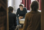 Anton Steiner (Lukas B. Amberger, Mitte) wird von den Kriminalhauptkommissaren Felix Voss (Fabian Hinrichs, links) und Paula Ringelhahn (Dagmar Manzel, rechts) in seinem WG-Zimmer befragt.