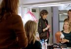 Maskenbildnerin Hanne (Nicole Marischka) und Casterin Ruth (Milena Dreißig) bereiten Almut Dehlen (Ursina Lardi), die mit Perücke spielen soll, auf ihr erneutes Casting vor.