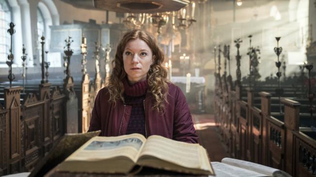 Jule (Marleen Lohse) sucht in der Kirche mehr zu der Geschichte des Goldrausches in Schwanitz im 18. Jahrhundert.