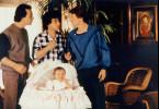 Die drei eingefleischten Junggesellen Pierre, Michel und Jacques haben ihre liebe Not mit Baby Marie.