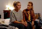 Sonja (Chiara Schoras) sorgt sich um ihre Stieftochter Laura (Charleen Deetz).