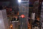 Es ist einer der spektakulärsten Rekordversuche, die man im Fernsehen je gesehen hat. In rund 200 Metern Höhe will der Hochseilartist Nik Wallenda auf einem dünnen Drahtseil zwischen 2 Wolkenkratzern in Chicago balancieren. Er wird dabei kein Sicherungsseil benutzen und sich die Augen verbinden.+++ Die Verwendung des sendungsbezogenen Materials ist nur mit dem Hinweis und Verlinkung auf TVNOW gestattet. +++