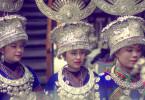 Chinesische Frauen mit traditionellen Kopfbedeckungen und Schmuck aus Silber: Diese prächtigen Accessoires waren auf der ganzen Welt begehrt.