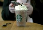 Zählt Starbucks zu den Bösewichten der Globalisierung? Hier demonstrieren ATTAC-Anhänger vor der Filiale an der Pariser Oper.