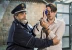 Philipp verletzt sich beim Versuch die kleine Isalie zurückzuholen und wird von Katrins Polizisten nach Hause gebracht. Katrins Polizeibeamter (Matthias Brenner), Philipp Esch (Hary Prinz)
