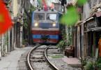 Regelmäßig verkehren Fernzüge in den engen Gassen der Altstadt von Hanoi: eine bedeutende, aber auch gefährliche Touristenattraktion.