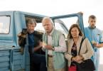Stina (Svetlana Rodina Ljungkvist) findet Allan (Robert Gustafsson), Benny (David Wiberg, li.) und Gäddan (Jens Hultén, r.) auf der Suche nach ihrem Erbe, der Brauseformel.