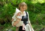 Anna Wimmer (Rosalie Thomass) mit ihrem Baby Lissi.