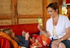 Versorgungsassistentin Vera (Rebecca Immanuel) schafft es mit einem Trick, die kleine Patientin Thea (Jana Trottmann) zu überreden, ihre Medizin einzunehmen.
