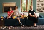 Die Kiepers freuen sich über den erwachsenen Familienzuwachs in Gestalt der sonderbaren Ella (Annette Frier, r.). Ben Kieper  (Maximilian Ehrenreich), Klara Kieper(Zora Müller), Christina Kieper(Julia Richter).
