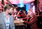Kathi (Mandy Neidig) will sich bei einem Drink bei ihrem Retter Robert (Felix Maximilian) bedanken.