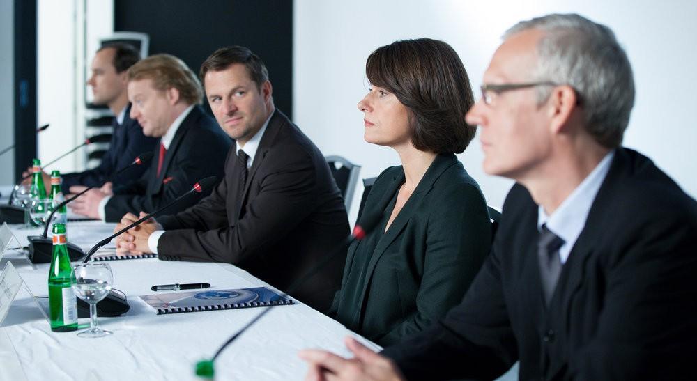 Clemens Carstensen (Philipp Hochmair) und seine Schwester Simone (Claudia Michelsen) tagen im Aufsichtsrat eines Großkonzerns.